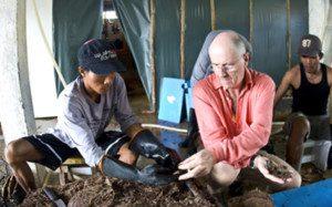 Jacques Branellec controle ses perles à Palawan