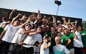 groupe-qui-utilise-un-selfie-stick