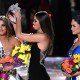 remise de la couronne Miss univers qui passe d'une tete argentine a une tete philippine